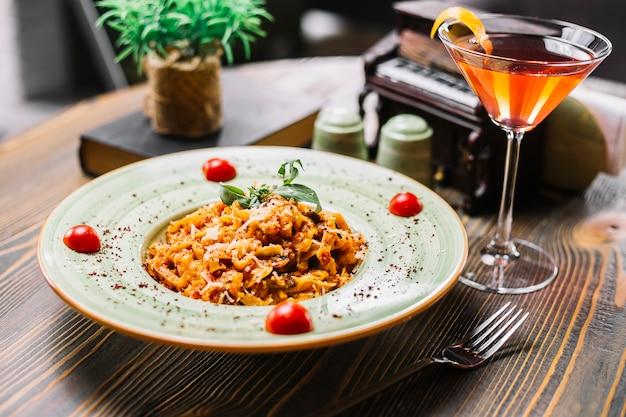 Fettuccine pasta pollo champiñones parmesano tomate menta sumakh cóctel vista lateral