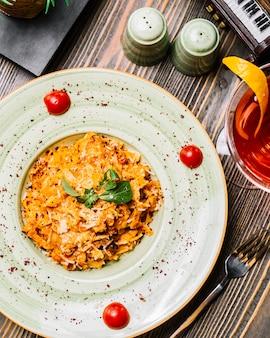 Fettuccine pasta pollo champiñones parmesano tomate menta sumakh cóctel vista superior
