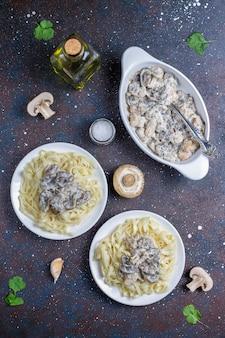 Fettucine pasta con pollo y champiñones, vista superior