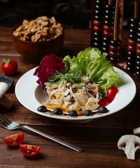 Fettucine polo funghi con verduras