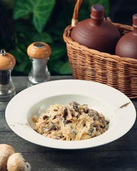 Fettucine con queso y champiñones