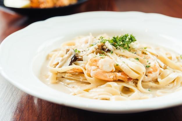 Fettucine salsa de crema blanca con camarones y champiñones