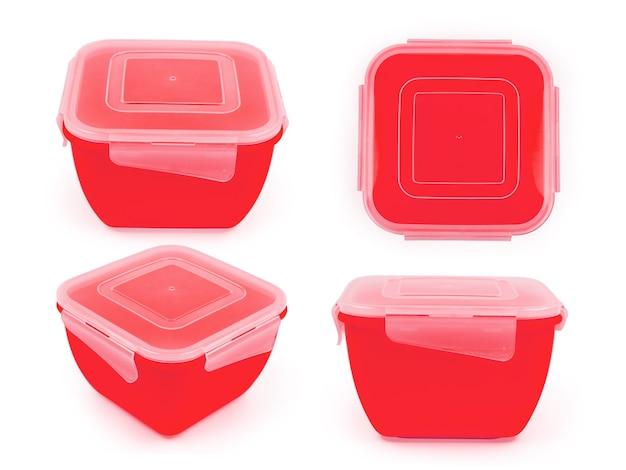 Fiambrera cuadrada de plástico rojo en cuatro proyecciones aislado sobre fondo blanco.