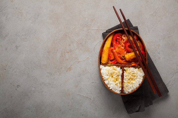 Fiambrera de madera con comida sana.