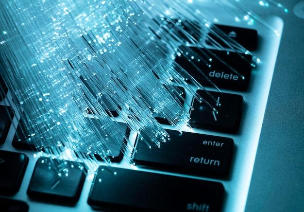 Fibra óptica azul con laptop