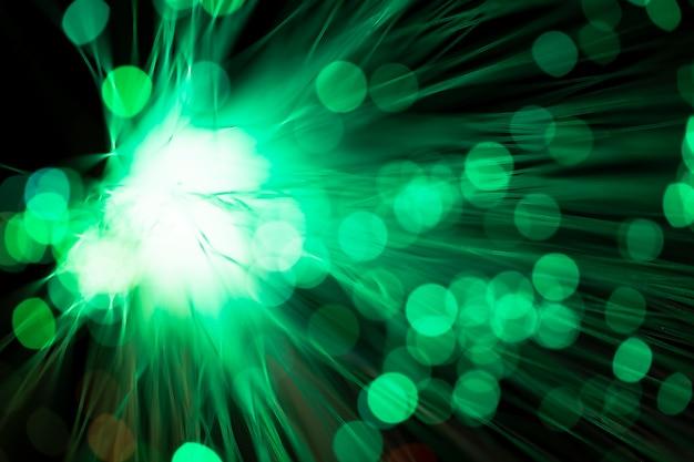 Fibras ópticas digitales en tonos verdes borrosos