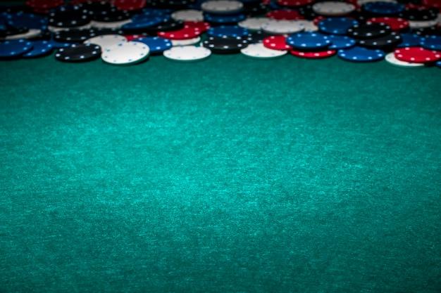 Fichas de casino en la mesa de juego verde