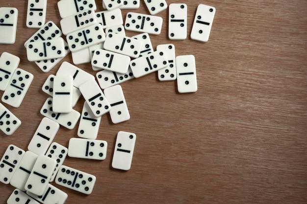 Fichas de dominó con fondo de madera.