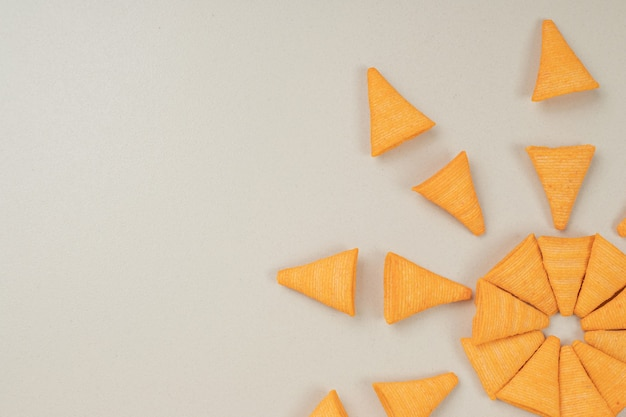 Fichas en forma de triángulo sobre superficie gris