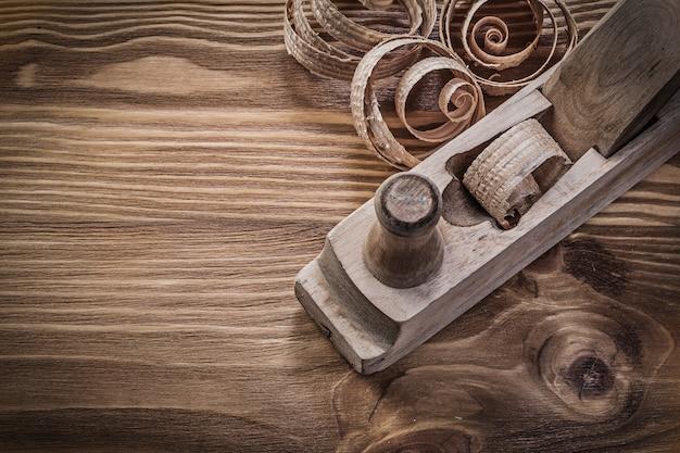 Fichas de planificación cepilladora sobre tablero de madera vintage