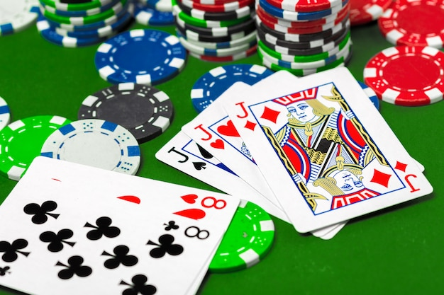 Fichas de póker en la mesa