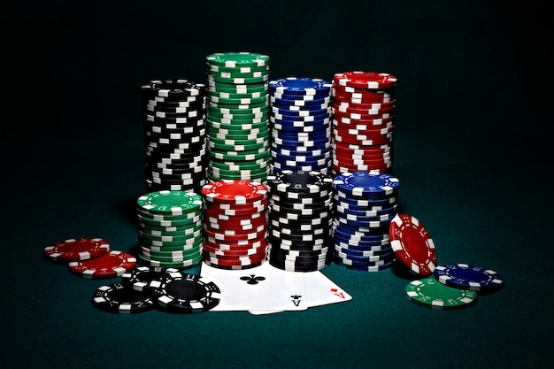 Fichas para póker con un par de ases