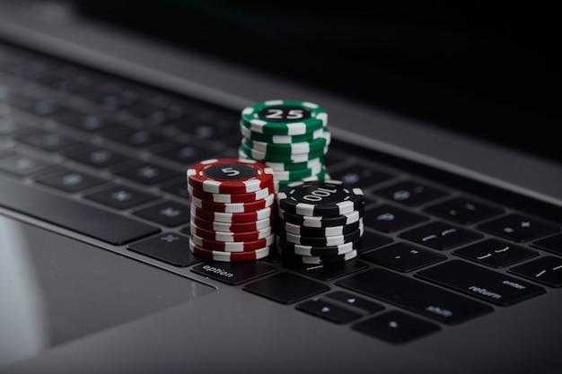 Fichas de póquer en la computadora portátil. concepto de casino online.