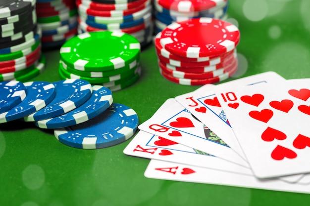 Fichas de póquer en la mesa