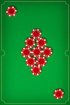 Las fichas de póquer en la pared verde