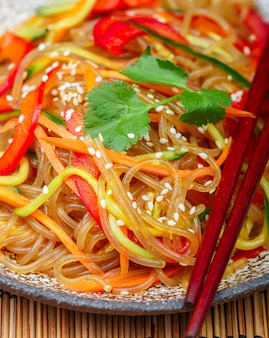 Fideos de almidón (arroz, papa) con verduras
