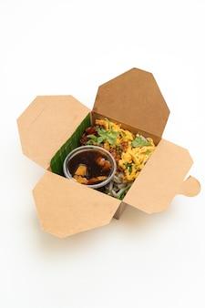 Fideos de arroz al vapor chino en caja de entrega