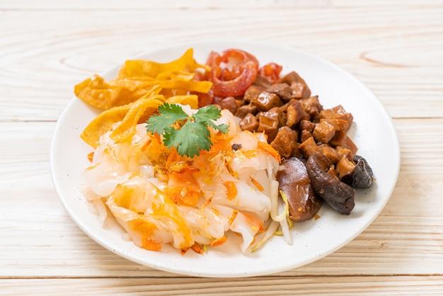 Fideos de arroz al vapor chino con carne de cerdo y tofu en salsa de soja dulce, estilo de comida asiática