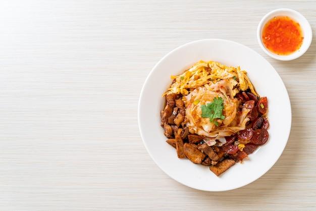 Fideos de arroz al vapor chinos, estilo de comida asiática
