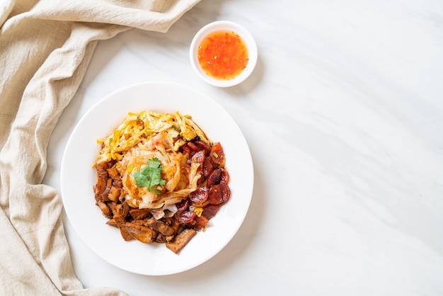 Fideos de arroz al vapor chinos - estilo de comida asiática