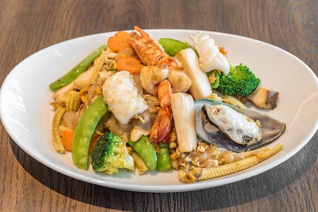 Fideos de arroz frito mariscos