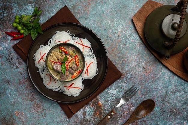 Fideos de arroz, pollo al curry verde, leche de coco comida tailandesa.