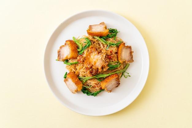 Fideos de arroz salteados con crujiente de panceta de cerdo