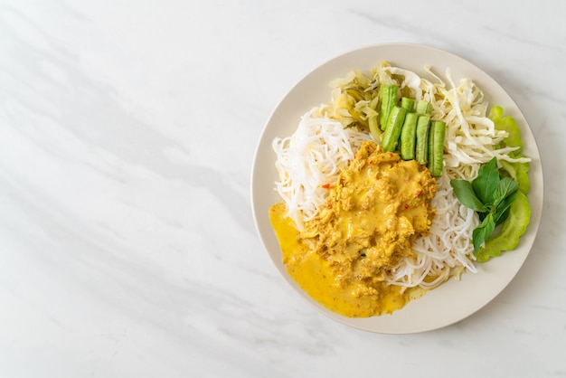 Fideos de arroz tailandeses con curry de cangrejo y verduras variadas: comida sureña local tailandesa