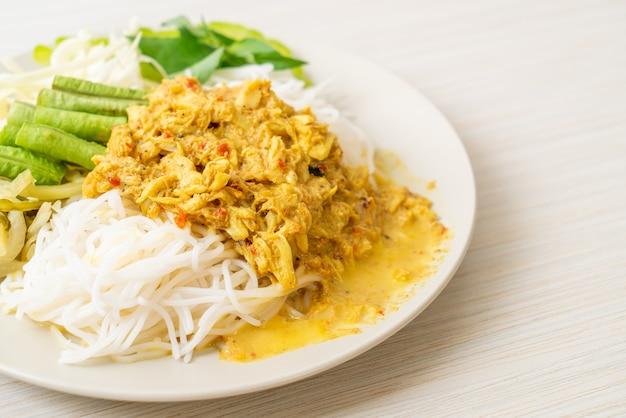 Fideos de arroz tailandeses con curry de cangrejo y verduras variadas