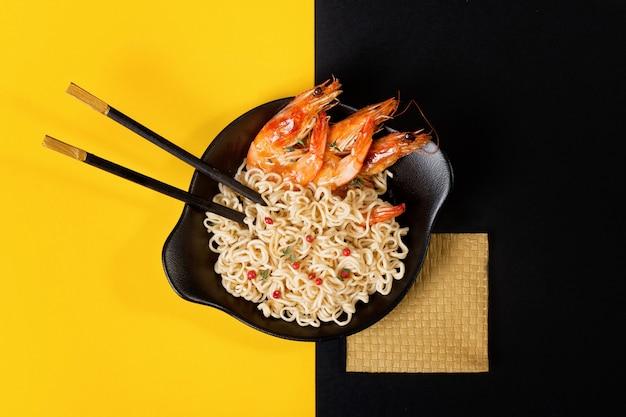 Fideos asiáticos con camarones