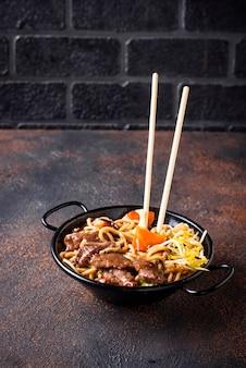 Fideos asiáticos con carne y verduras.