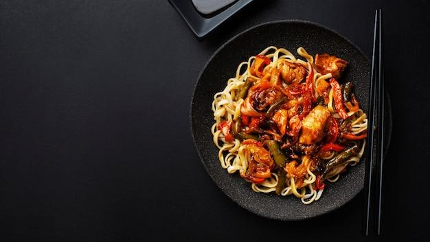Fideos asiáticos fritos con verduras