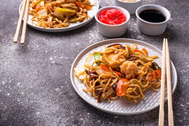 Fideos asiáticos con gambas y verduras