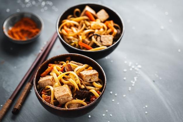 Fideos asiáticos con queso de soja