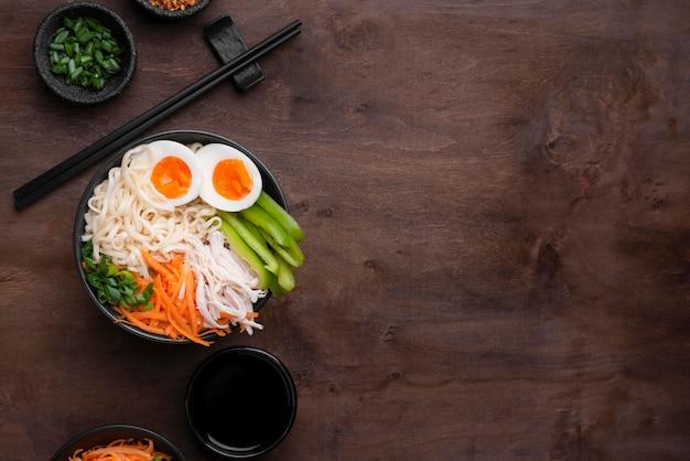 Fideos asiáticos tradicionales con huevos y espacio de copia