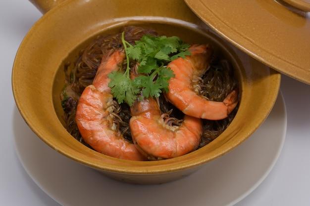 Fideos de camarones al horno en olla de arcilla