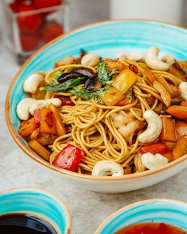 Fideos de camarones con verduras y frijoles blancos