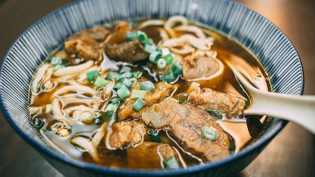 Fideos con carne estofada en taiwán
