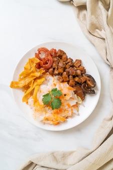 Fideos chinos de arroz al vapor con cerdo y tofu en salsa de soja dulce - estilo de comida asiática
