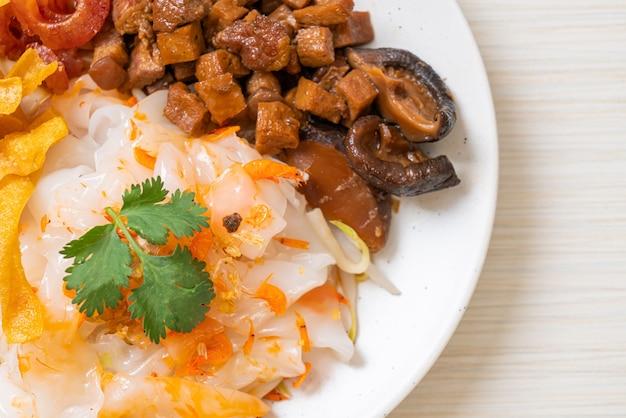 Fideos chinos de arroz al vapor con cerdo y tofu en salsa de soja dulce