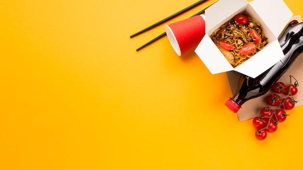 Fideos chinos de comida rápida con soda.