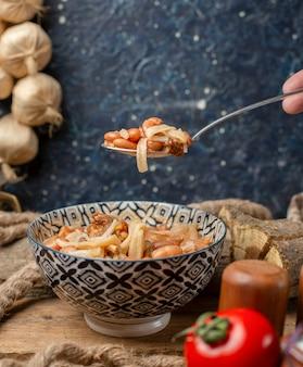 Fideos chinos con frijoles en el tazón.