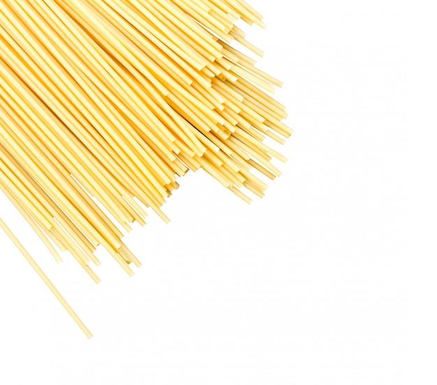 Fideos espaguetis crudos dispersos aislados con espacio para texto