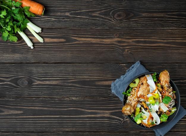Fideos estilo asiático con verduras, pollo y salsa teriyaki