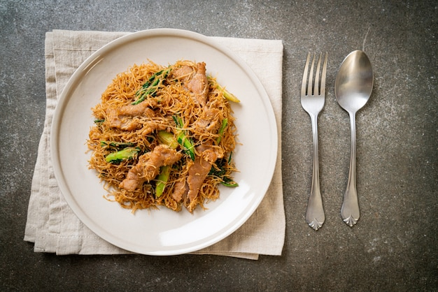 Fideos de fideos de arroz salteados con salsa de soja negra y cerdo