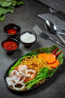 Fideos con fideos de mariscos, fideos crujientes, comida tailandesa