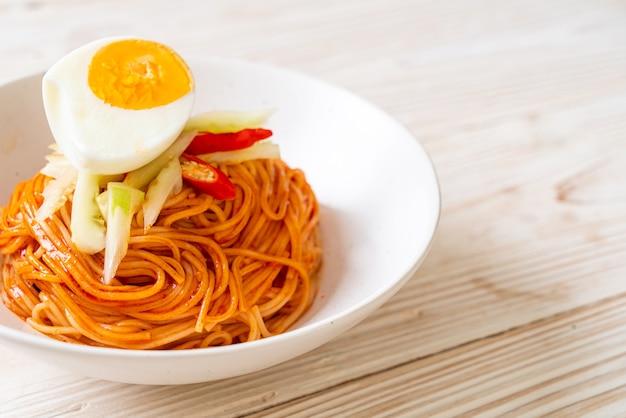 Fideos fríos coreanos con huevo - estilo de comida coreana