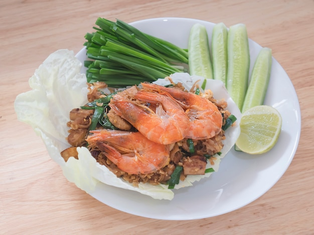 Fideos fritos al estilo tailandés con langostinos y vegetales frescos llamados
