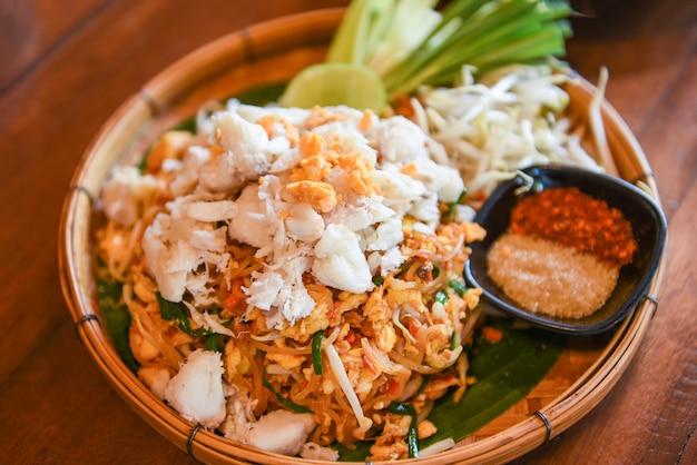 Fideos fritos, camarones, gambas y carne de cangrejo, fideos de comida tailandesa, verduras salteadas y fideos de arroz