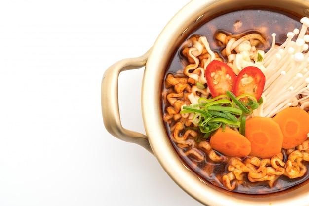 Fideos instantáneos coreanos en olla dorada - estilo de comida coreana